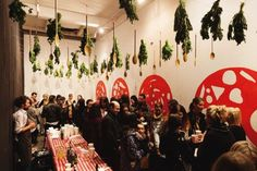 PIZZA party action... salami feature wall, gold dipped wooden spoons, fresh herb posies... delizioso !