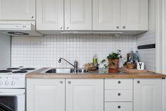 Mini cocina femenina y con estilo mini pisos nórdicos lampara de plumas Eos lightbrown de la marca danesa Vita decoración pisos pequeños decoración femenina decoración cocinas nórdicas decoración cocinas blog decoración nórdica