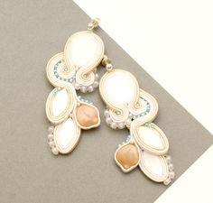 http://www.designspinka.pl/biel-i-ecru-slubne-freaky/ TYLKO JEDNA TAKA PARA, bez możliwości wykonania takiego samego wzoru. kolczyki wykonane są techniką haftu soutache. zrobione z koralików szklanych i naturalnych