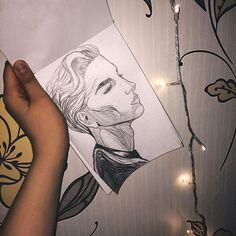 """Давно в мои руки не попадал карандаш именно для того, чтобы рисовать, а не чертить графики или считать столбиком.  Болезнь все расставила на свои места и после температурного бреда мне захотелось творить, а вдохновение как всегда нашла  в своей любимой """"шкатулке"""" идей. Может скоро о ней расскажу😏 хотя, думаю, многие уже про нее знают.   А пока ловите паренька с длинными ресничками🤗 И нет, он не болеет анорексией, это светотень.   #рисуноквкарандаше #draw #скетч #sketchbook #podolsk"""
