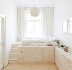 Un lit sur une estrade. Installer un lit sur une estrade vous permettra de donner une perspective nouvelle à votre chambre à coucher. Un cocon délimité et surélevé.