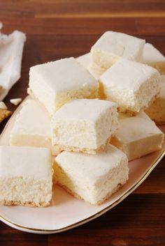 I love how versatile fudge can be. Check out these delicious fudge treats! Cheesecake Fudge Recipe, Fudge Recipes, Candy Recipes, Dessert Recipes, Butterfinger Fudge Recipe, Cream Cheese Fudge Recipe, Classic Cheesecake, Homemade Cheesecake, Snacks Sains