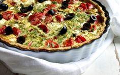 Tærte med ost og tomater Denne tærte smager skønt, også når den er kold og kan derfor med fordeles bruges til ungernes madpakke, hvis der er rester til overs.