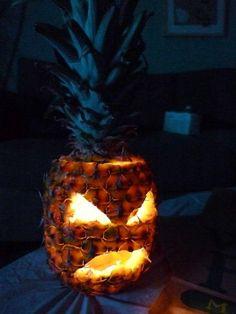 Una original y muy terrorífica manera de decorar en este halloween: además de las calabazas, qué tal una piña? si que da miedo! hahahaha