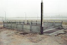 1889 1990/12/10 Todesstreifen der Berliner Mauer mit geschlossenem Eingang zum S-Bahnhof an der Leipziger Straße in Berlin Mitte LUMABYTES.com