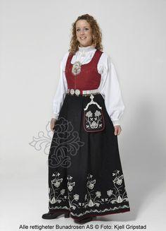 Follobunad til dame - BunadRosen AS Norwegian Clothing, Beautiful Norway, Liv, Sort, Scandinavian, High Waisted Skirt, That Look, Costumes, Traditional