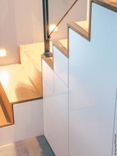 Au cœur de La Rochelle, cette maison du début du XXe siècle est repérée en tant que construction d'intérêt architectural et le jardin est dit remarquable. C'est la combinaison des contraintes existantes du site et des éléments du programme qui conduit Zest à la conception d'une extension en zinc, très largement ouverte sur l'extérieur, l'escalier et l'ascenseur traités tout en transparence. L'escalier dissimule le vestiaire des invités.
