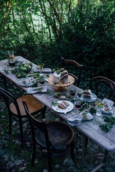 Tisch Sommer Inspired by nature Rustic Outdoor, Outdoor Dining, Outdoor Spaces, Outdoor Decor, Patio Dining, Elsie De Wolfe, Enjoy Your Meal, Autumn Table, Romantic Picnics