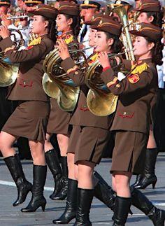 北朝鮮は10日、労働党創建70周年を迎え、平壌の…:演奏する女性兵士たち:時事ドットコム