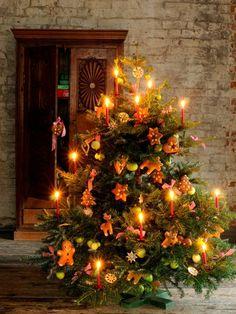 Weihnachtsbaum, dekoriert mit echten Kerzen