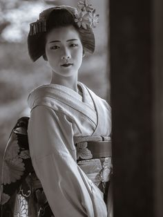 maiko 舞妓 Miyagawacho 宮川町 Toshisumi とし純 KYOTO JAPAN Japanese History, Japanese Beauty, Japanese Culture, Asian Beauty, Memoirs Of A Geisha, Japanese Illustration, Samurai Warrior, Beautiful Places In The World, Geishas