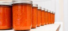 Gute Idee: Tomaten selbst einkochen und in Schraubgläser füllen