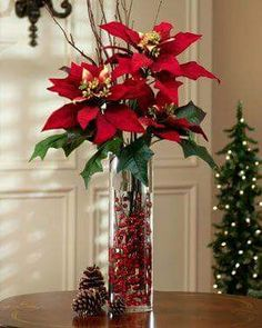 Poinsettia has the most lovely color of leaves and really suitable for christmas. It is also flexible to decorate poinsettia plants for your home Christmas Vases, Christmas Flower Arrangements, Christmas Flowers, Christmas Table Decorations, Noel Christmas, Christmas Projects, Floral Arrangements, Christmas Wreaths, Poinsettia Flower