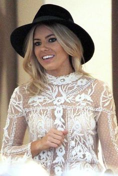 Mollie King top in pizzo bianco