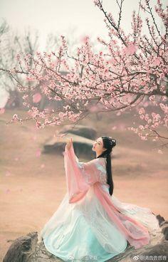Dresses for Women Hanfu, Chinese Clothing, Beautiful Asian Women, Belle Photo, Traditional Dresses, Art Girl, Asian Beauty, Divas, Asian Girl