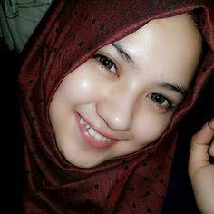 Pin Image by gatoloco Art Beautiful Hijab Girl, Beautiful Girl Image, Beautiful Women, Hijabi Girl, Girl Hijab, Hijab Fashion, Girl Fashion, Hijab Chic, Muslim Women