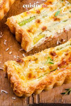 Cette quiche aux asperges et au surimi est une idée d'entrée chaude de printemps. #recette#cuisine#quiche #asperge#surimi Quiches, Asparagus, Hot Appetizers, Spring, Pies, Tart, Tarts
