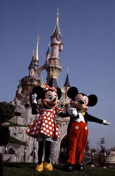 Mickey and Minnie Mouse in front of Sleeping Beauty Castle at Euro Disney Resort, 1991 Disney World Tips And Tricks, Disney Tips, Disney Food, Disney Recipes, Disney Stuff, Walt Disney World Vacations, Disney Travel, Sleeping Beauty Castle, Disney Cruise Line
