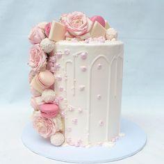 Pinks & Whites for this pretty drip cake ♡ #sweetlayers_ #sweetlayers #cakes #sydney #sydneycakes #sydneydesserts #sydneyevents #pink #dripcake #thatdrizzle #mykenwood #foodnetwork #tastemade #instagram #instagood #instadaily #cakeofinstagram #instacake #nomnom #eeeeeats