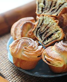 Tortelina: Slatke ruzice Not sure EXACTLY what these are, but they look really good! Greek Sweets, Greek Desserts, Greek Recipes, Serbian Recipes, Russian Recipes, Breakfast Recipes, Dessert Recipes, Sweet Pastries, Tortellini