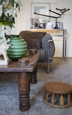 Indian table from Le Patio combined with Le Corbusier sofa and Tom Dixon chandelier. Le Corbusier Sofa, Indian Table, Colonial Furniture, Indian Furniture, Tom Dixon, Old Wood, Sofas, Chandelier, The Originals