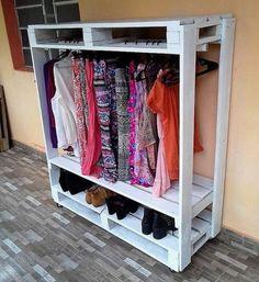 Praktický věšák na šaty poslouží stejně dobře jako skříň. Jen je za zlomek ceny., Foto: istock.com