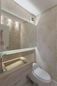 No lavabo, uma das paredes recebeu pastilha de mármore travertino