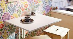 Table rabattable avec deux tabourets