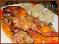 Odblaněného a naporcovaného králíka osolíme, dáme na pekáč. Na kousky nakrájíme shora uvedenou zeleninu, špekáčky, anglickou slaninu pokrájíme na... Pot Roast, Ham, Shrimp, Food And Drink, Chicken, Ethnic Recipes, Carne Asada, Roast Beef, Hams