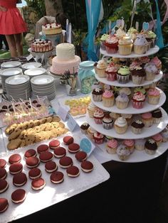 piani di cupcake Ça c'est du travail... Dessert Bar Wedding, Wedding Desserts, Dessert Bars, Food N, Food And Drink, Girl Birthday, Birthday Cake, Donut Bar, Desert Table
