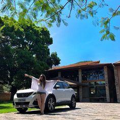 Chegada a Ilhabela 🌴! Amo esse lugar, um dos únicos municípios-ilha do Brasil! Está a 135 km de SP- Capital e a 140 km da linha de divisa do Estado do RJ - tudo em linha reta, dependendo da estrada dá 200 km! 🙌 Pra começar escolhemos o charmoso @hotelrealvillabella por indicação da @mastump! ❤️ Com o projeto que criei pras minhas ações com a @oficialpeugeot #PeugeotnaEstrada, testamos o Peugeot 3008: rendimento (fez 9,5 km/l na cidade e 11,3 km/l na estrada), aceleração (sai da inércia a…