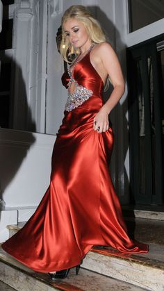 Beautiful Satin, Worn By A Beautiful Woman! Silk Satin Dress, Silky Dress, Satin Dresses, Sexy Dresses, Girls Dresses, Satin Nightie, Red Satin, Satin Blouses, Formal Gowns