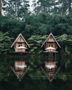 Dusun Bambu in Bandung !! Bandung est une ville d'Indonésie, située dans l'Ouest de l'île de Java. La ville est la capitale de la province de Java occidental. Elle a le statut de kota. Sa population était de 2 575 478 en 2014, ce qui en fait la 4ᵉ ville d'Indonésie. Wikipédia