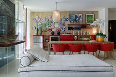 Pratos coloridos na parede