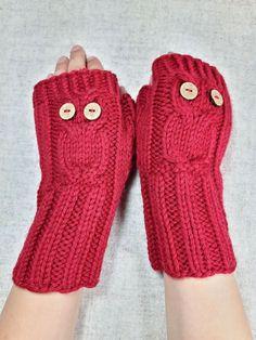 Warme fingerlose Kinderhandschuhe in Rot mit eingestrickter Eule für Schulkinder (7-9 Jahre), aus Biowolle. Die Armstulpen…