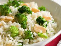 Arroz com Brócolis e Amêndoas (vegana): Ingredientes 2 colheres (sopa) de óleo ou azeite 2 xícaras de brócolis 1 xícara de arroz, lavado e escorrido 2 xícaras de água ou caldo de legumes ...