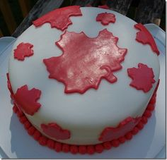 A lovely looking (edible) maple leaf covered Canada Day Cake. So festively fun! Canada Day 150, Canada Canada, Cupcake Icing, Cupcake Cakes, Cupcakes, Dominion Day, Holiday Fun, Holiday Ideas, Happy Birthday Canada