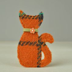 A beautiful handmade Harris Tweed cat brooch available in four colours.
