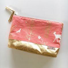 Schritt-für-Schritt Anleitung für eine kleines feines Kosmetiktäschchen Diese kleine Kosmetiktasche ist ca. 18cm breit, 12cm hoch und 6 cm tief.Die…