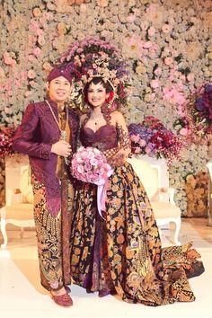 East Java I Indonesian Traditional Wedding Outfit Javanese Wedding, Indonesian Wedding, Bridal Lehenga, Bridal Gowns, Wedding Gowns, Kebaya Wedding, Traditional Dresses, Traditional Wedding, Moslem Fashion
