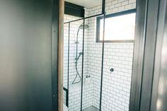 double pommeaux de douche, fenêtre dans la sdb, rebord/petit banc