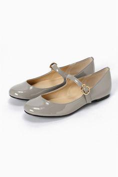 AFFRANCHIE FLAT ONE STRAP BALLET AFFRANCHIE FLAT ONE STRAP BALLET 10800 2016AW SLOBE IENA AFFRANCHIE SLOBEオリジナルシューズから新ラインがデビュー パンプスを好む女性に送る第2の靴 トレンド感がありながらもどこか女心をくすぐるデザインがコンセプト 足元から始まるフェミニンで今年らしいおしゃれを提案します こちらはストラップ付きのフラットシューズ トラッドとレトロな雰囲気が漂います こちらの商品はSLOBE IENAでの取り扱いになります 直接店舗へお問い合わせの際はSLOBE IENA店舗へお願い致します