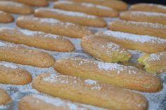 Piškoty savoiardi - Italská kuchyně Hot Dog Buns, Hot Dogs, Biscotti, Tiramisu, Bread, Food, Brot, Essen, Baking
