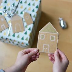 Make these cute Gingerbread house inspired cardboard gift tags and check out our tutorial. (in German)
