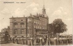historie Dordrecht; Hotel BelleVue stamt waarschijnlijk al uit het jaar 1607. De naam Belle Vue wortd in 1817 voor het eerst genoemd in een lijst van Logementen met akten. Al eeuwen lang zitten er op de plaats van het huidige Bellvue eetgelegenheden en herbergen. Het pand dat voor 1892 hier stond droeg dezelfde naam.