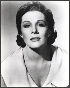 Julie ANDREWS '50 (1er Octobre 1935.Es una actriz y cantante británica, conocida por su papel en Mary Poppins (1964).En 2000, recibió el título de Dama del Imperio Británico de manos de la reina Isabel II de Inglaterra. Además, posee una estrella en el Paseo de la Fama de Hollywood, concretamente en el 6901 de Hollywood Blvd.Según el Selecciones del Reader's Diggest, en una entrevista ella comentó que no volvía a los escenarios para cantar debido a una enfermedad en su laringe.