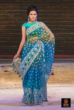 Blue and Turquoise Bangladeshi Jamdani saree by famous aarong Indian Attire, Indian Wear, Indian Outfits, Indian Clothes, Sari Blouse Designs, Saree Blouse Patterns, Dhakai Jamdani Saree, Handloom Saree, Bengali Saree
