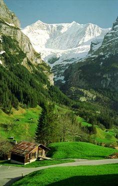 - Berna , Suiza . . . //  Bern , Switzerland - En tu paseo por la campiña suiza , tu golpeas la puerta de la humilde cabaña . Sale con una sonrisa a recibirte la dueña de casa , y aunque no entienda tu idioma , te invitan a compartir las delicias de su comida tradicional . Te despiden con una calida sonrisa , diciendote en el lenguaje universal del amor  : esperamos tu regreso . . .