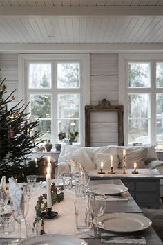 Pretty winter home setting Diy Christmas Balls, Christmas Home, White Christmas, Christmas Ideas, Christmas Recipes, Sweet Home, Interior And Exterior, Interior Design, Deco Table