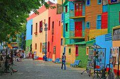 En Buenos Aires, un lugar en Argentina, muchos turistas viajan a La Boca. La Boca es un lugar donde muchos de los edificios que están pintadas de colores muy llamativos.